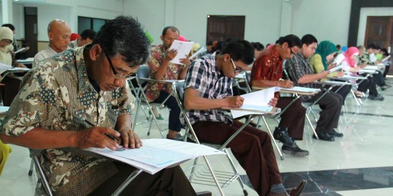 Suasana tes CPNS Kategori II untuk tenaga honorer yang diselenggarakan di Ruang Balairung kantor Walikota,  Singkawang, Kalimantan Barat (3/11/2013)