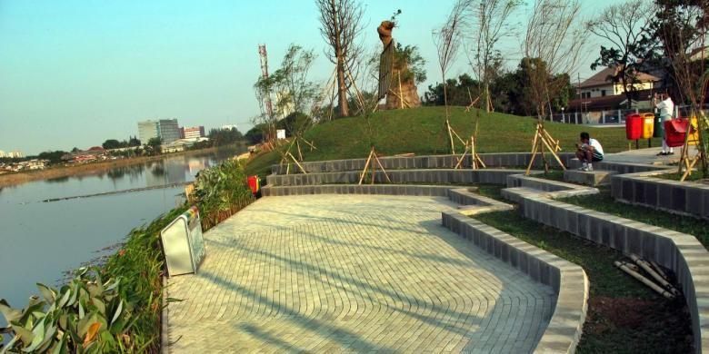 Panggung terbuka menghiasi salah satu sisi Waduk Ria Rio di kawasan Pulomas, Jakarta Timur, Kamis (17/10/2013) sore. Normalisasi Waduk Ria Rio bertujuan mengurangi potensi banjir sekaligus pembenahan lahan terbuka di sisi waduk untuk membuat kawasan terbuka bagi interaksi warga.