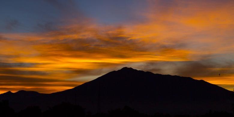 Gunung Gede Pangrango, Jawa Barat pada pagi hari dilihat dari Caringin, Kabupaten Bogor, 30 November 2013.