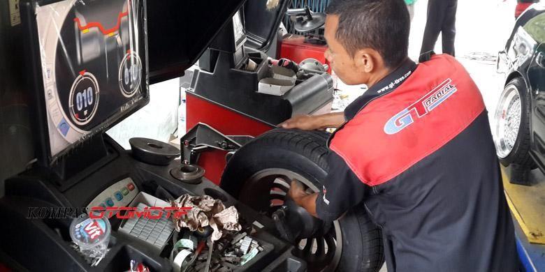 Proses balancing ban mobil untuk menyamakan bobot. DItambah timah agar seimbang satu sama lain.