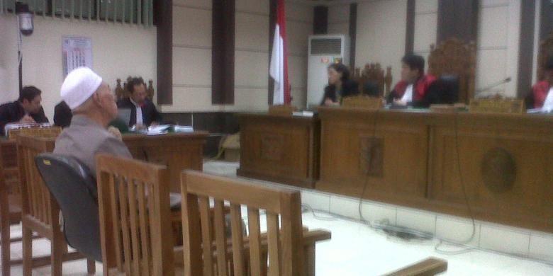 Mantan Hakim Pengadilan Tipikor Semarang, Asmadinata disidang terkait kasus suap peringanan putusan perkara. Jaksa KPK menuntut Pragsono dengan pidana penjara 11 tahun dan denda Rp 300 juta subsider 5 bulan kurungan.