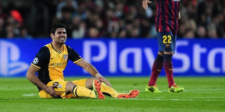 Striker Atletico Madrid, Diego da Silva Costa (kiri), mengerang kesakitan sambil memegang paha saat melakoni leg pertama perempat final Liga Champions melawan Barcelona di Camp Nou, Selasa (1/4/2014). Costa mengalami cedera hamstring.