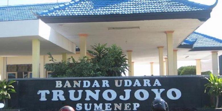 Bandar Udara Trunojoyo di Sumenep, Madura, Jawa Timur saat ini memiliki landas pacu sepanjang 905 meter dengan lebar 23 meter. Dibangun sejak 1970-an, bandara ini mengalami pasang surut perkembangan. Salah satunya, pernah menjadi bandara yang melayani penerbangan langsung jemaah haji Sumenep-Surabaya tanpa melalui perjalanan darat. Kelak, transportasi terkait pengelolaan migas di Sumenep, sedikit banyak, akan memanfaatkan bandara ini. Foto diambil pada Rabu (15/2/2012).