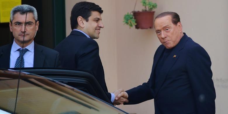 Mantan PM Italia Silvio Berlusconi, Jumat (9/5/2014) tiba di rumah jompo Sacra Familia di Cessano Boscone untuk memulai kerja sosial sebagai hukuman penipuan pajak yang dilakukannya. Di panti yang merawat para penderita Alzheimer yang terletak di luar kota Milan ini, Berlusconi akan bekerja sepekan sekali.