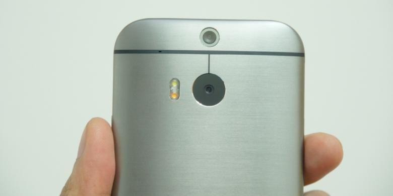 Dua kamera dan dua lampu kilat LED di bagian belakang HTC One M8