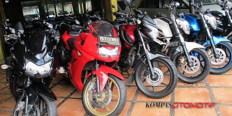 Deretan sepeda motor bekas yang di Duta Motor, Senin (9/6/2014).