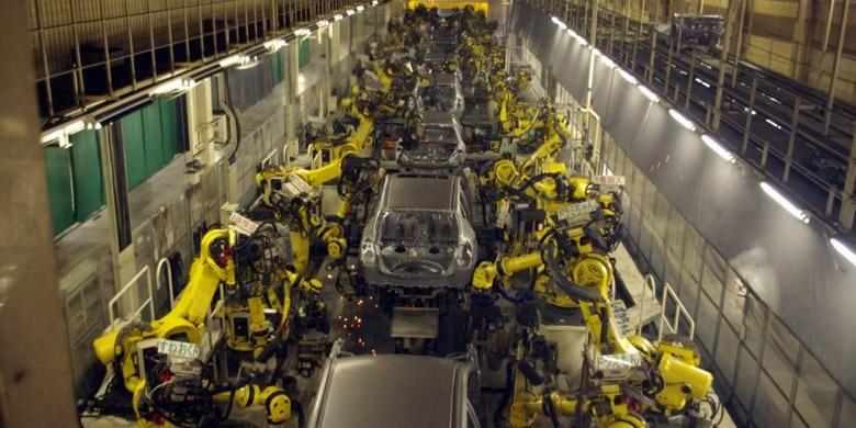 Robot-robot canggih mengerjakan proses perakitan di Nissan Kyushu Plant, Fukuoka, Jepang.
