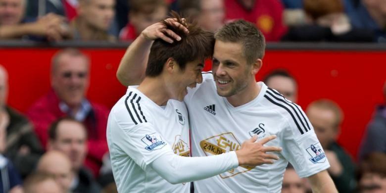 Dua pemain Swansea City, Ki Sung-Yeung (kiri) dan Gylfi Sigurdsson.