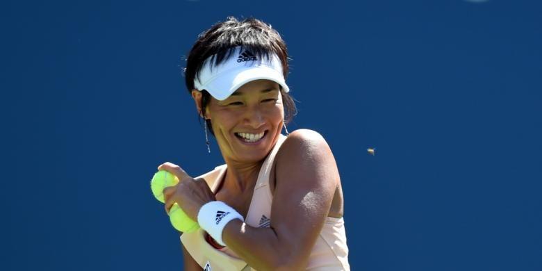 Petenis Jepang, Kimiko Date-Krumm, tersenyum sambil menghindari lebah yang mengganggunya ketika bertanding melawan petenis Amerika Serikat, Venus Williams, pada babak pertama AS Terbuka di Billie Jean King National Center, New York, Senin (25/8/2014).