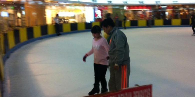 Sekolah ice skating di SkyRink yang didampingi oleh instruktur.