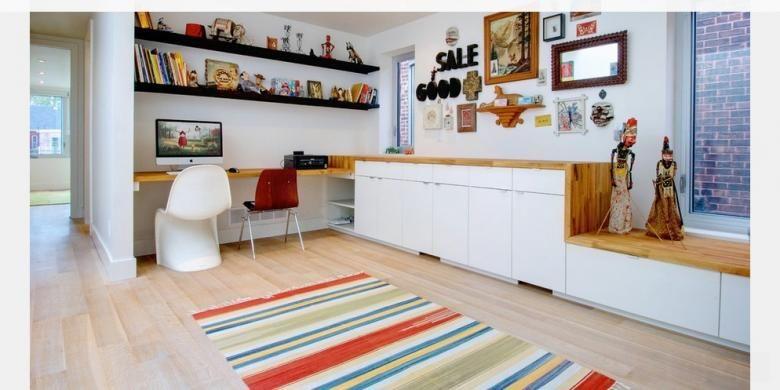 Buat meja Anda lebih praktis. Sama menyenangkannya dengan menambahkan dekorasi pada meja Anda, barang-barang seperti printer, papan buletin dan lampu meja, juga membutuhkan tempat yang pantas.