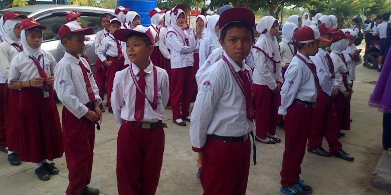 Anak anak TKI yang orang tuanya bekerja di Sabah Malysia turut menyambut kedatangan Jokowi. Mereka berharap pemerintah memberi perhatian terhadap pendidikan anak anak TKI.