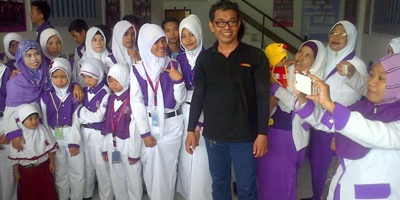 koordinator wartawan Nunukan Rusman. Bersimpati dengan anak TKI yang kejar Jokowi, sejumlah wartawan di Nunukan berikan bingkisan kepada Ratih.