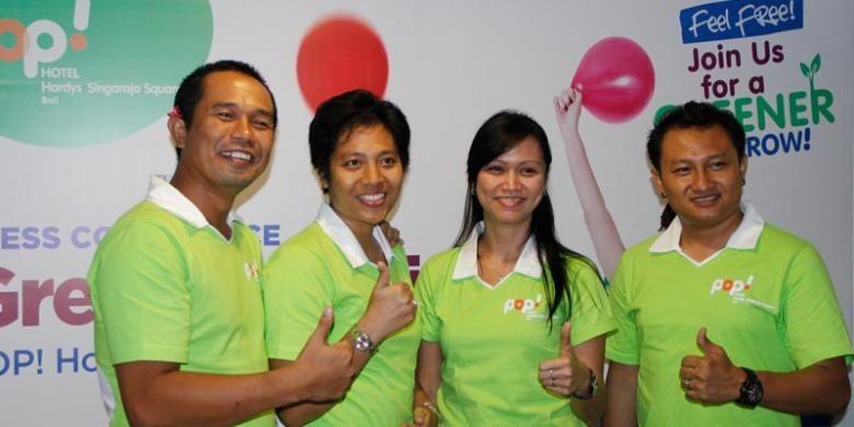 Dari kiri ke kanan: Presdir GH Holdings Gede Agus Hardyawan dan Ketut Rukmini Hardy bersama Irene Janti, Brand Director Pop! Hotels dalam jumpa pers peresmian Pop! Hotel Hardys Singaraja Square, Jumat (14/11/2014) di Singaraja, Bali.