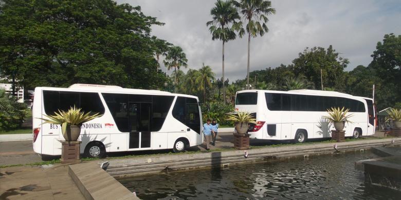 Bus listrik produksi PT Sarimas Ahmadi Pratama saat diperlihatkan di Balai Kota DKI Jakarta, Kamis (15/1/2015)