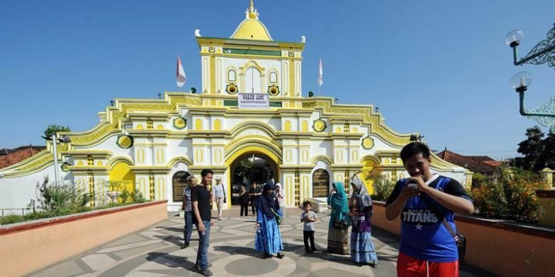 Mengunjungi Masjid Jami Sumenep di Pulau Madura, Jawa Timur.(KOMPAS/WAWAN H PRABOWO)