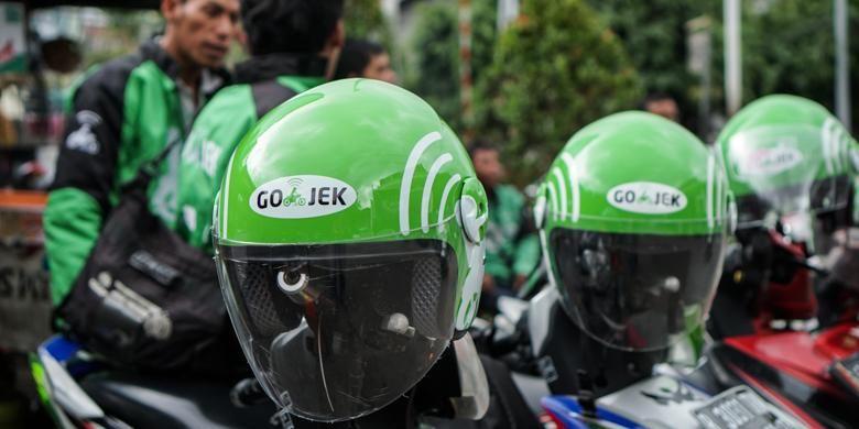 Helm hijau Go-Jek menjadi salah satu penanda identitas pengendara ojek yang tergabung dalam layanan ojek panggilan tersebut