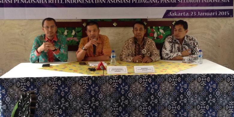 Wakil Ketua Umum Asosiasi Pengusaha Ritel Indonesia (APRINDO), Tutum Rahanta (kedua dari kiri) dan Sekretaris Jenderal Asosiasi Pedagang Pasar Seluruh Indonesia (APPSI), Ngadiran (kedua dari kanan) memaparkan kepada media perihal pengaruh penurunan harga BBM terhadap harga produk di usaha ritel di Senayan, Jakarta, Jumat (23/1/2015).
