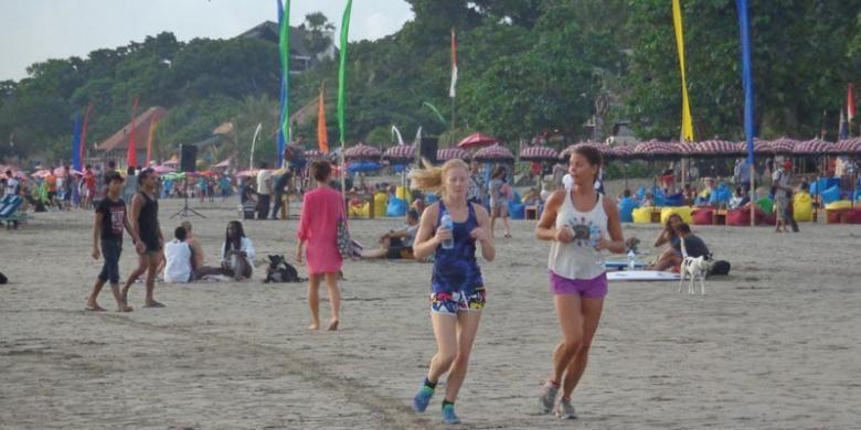 Wisatawan di Pantai Seminyak, Bali, Minggu (6/4/2014).