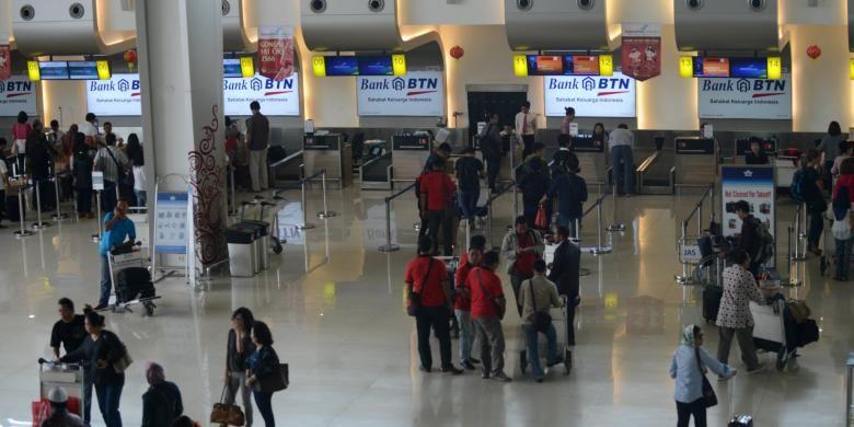 Aktivitas calon penumpang melakukan pendaftaran keberangkatan di Terminal 2 Bandara Juanda, Sidoarjo, Jawa Timur, beberapa waktu lalu.