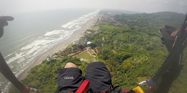 Paralayang di Pantai Parangtritis, Bantul, DI Yoyakarta.