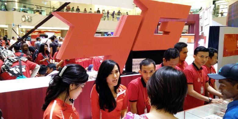 Pelanggan menukarkan kartu SIM yang mendukung 4G LTE Telkomsel di salah satu pusat perbelanjaan di Surabaya, Minggu (22/3/2015).