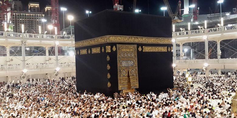 Jutaan warga Muslim dari berbagai penjuru dunia menunaikan ibadah umrah di Masjidil Haram, Mekkah, Arab Saudi, Rabu (11/2/2015) dini hari waktu setempat. Di antara jemaah umrah yang menuju Mekkah dan Madinah, jemaah asal Indonesia termasuk salah satu yang mendominasi.