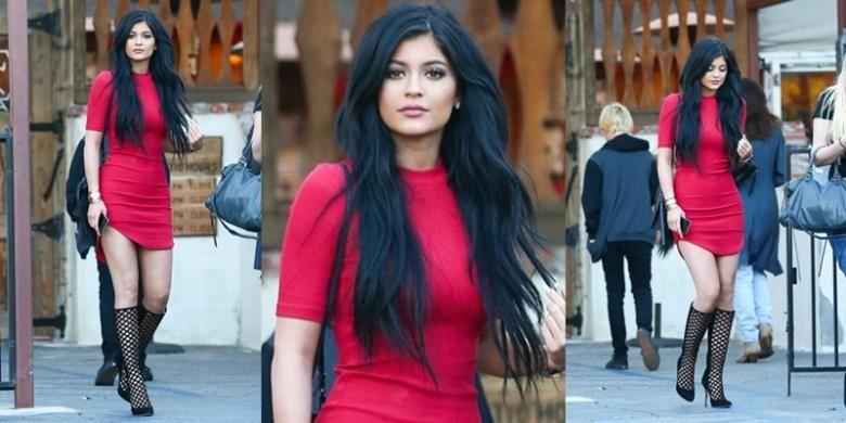 Kabarnya, gaun merah yang dikenakan Kylie Jenner tersebut dibanderol dengan harga ritel yang terbilang murah.