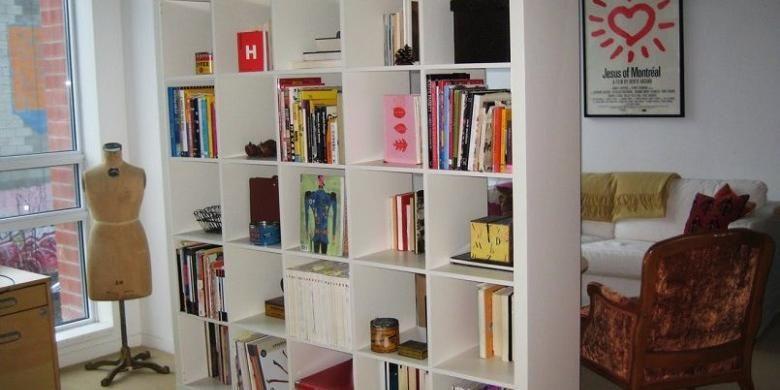 Pisahkan dua ruangan dengan menggunakan rak buku yang tidak terlalu tinggi sampai ke langit-langit.