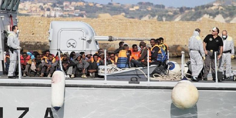 Para imigran gelap yang diselamatkan dibawa oleh sebuah kapal Italia di Porto Empedocle, Sisilia pada 12 April 2015.