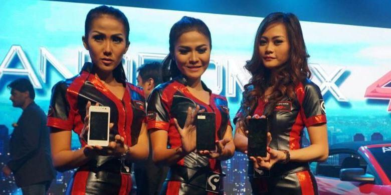 Model memamerkan ponsel 4G LTE pertama Smartfren yang menjalankan custom ROM Cyanogen 12 berbasis sistem operasi Android 5.0 Lollipop di Jakarta, Selasa (9/6/2015).