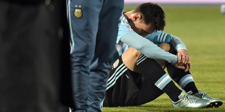 Lionel Messi hanya bisa menundukkan kepala setelah Argentina kalah adu penalti dari Cile pada final Copa America 2015.
