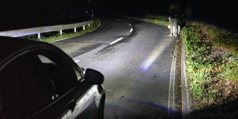 Ford kembangkan lampu depan yang bisa mendeteksi pejalan kaki di pinggir jalan.