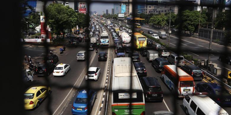 Kemacetan panjang terjadi di Jalan Tol Dalam Kota dan Jalan Gatot Subroto, Jakarta Selatan, Rabu (29/7/2015). Lalu lintas dan aktivitas kendaraan di Jakarta kembali macet pasca-libur Lebaran 2015.
