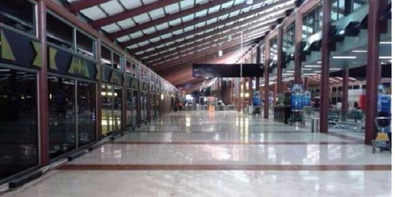 PT Angkasa Pura II membersihkan tenant yang menempati area publik terminal 2D Bandara Soekarno Hatta, Cengkareng
