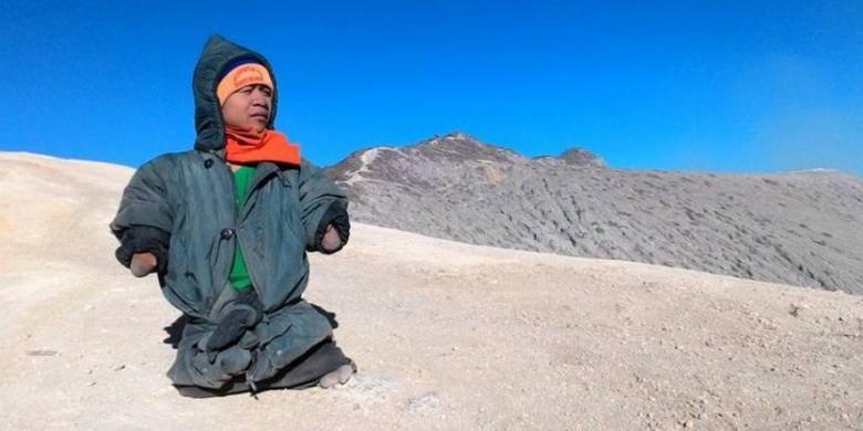 Dzuel taklukkan gunung Ijen yang memiliki ketinggian 2.443 m | kompas