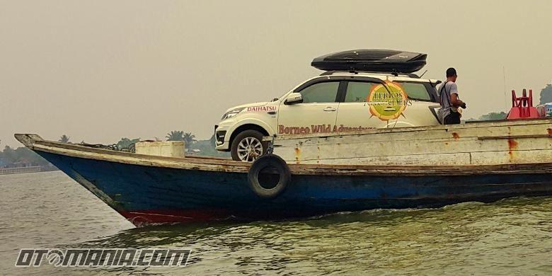 Terios naik kapal barang menuju kepulauan Maratua, Kalimantan.