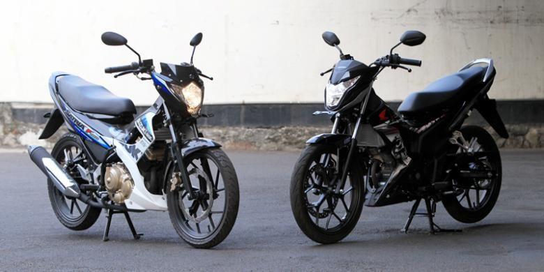 Suzuki New Satria FU 150 (kiri) dan Honda New Sonic 150 R, difoto saat uji berkendara di halaman Gedung Kompas Gramedia, Jakarta, Senin (14/9/2015).