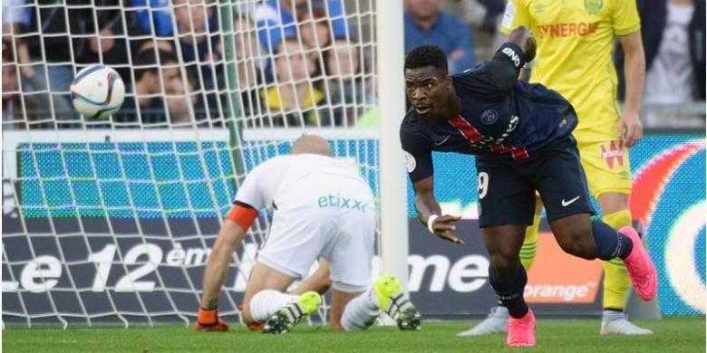 Bek Paris Saint-Germain asal Pantai Gading, Serge Aurier (2 dari kanan), mencetak gol ke gawang Nantes pada laga Ligue 1 di Beaujoire stadium di Nantes, Sabtu (26/9/2015).