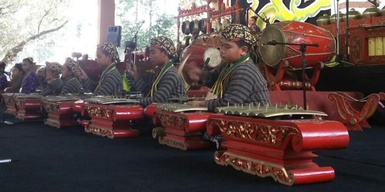 anak-anak salah satu Sekolah Dasar saat memainkan alat musik Gamelan