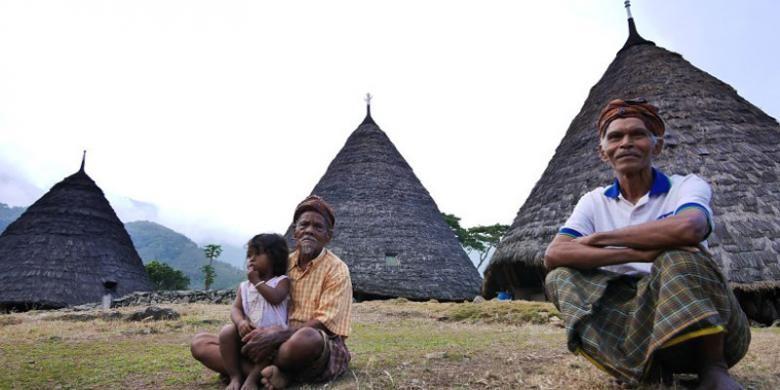 Penduduk Desa Wae Rebo berada di barat daya kota Ruteng, Kabupaten Manggarai, Nusa Tenggara Timur.