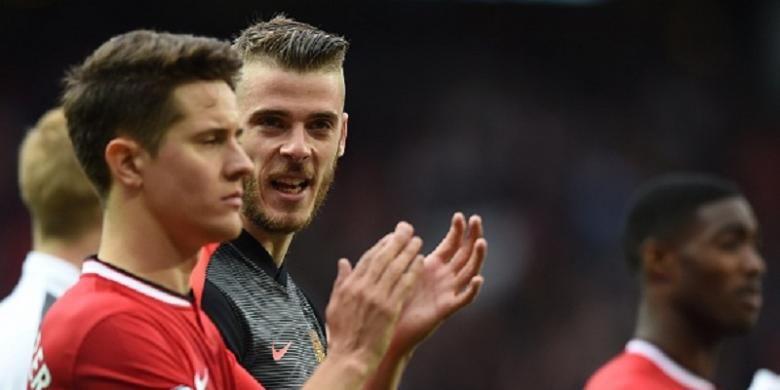 Dua pemain Manchester United, Ander Herrera dan David De Gea, tengah berbincang usai laga Premier League kontra Arsenal di Stadion Old Trafford, 17 Mei 2015.