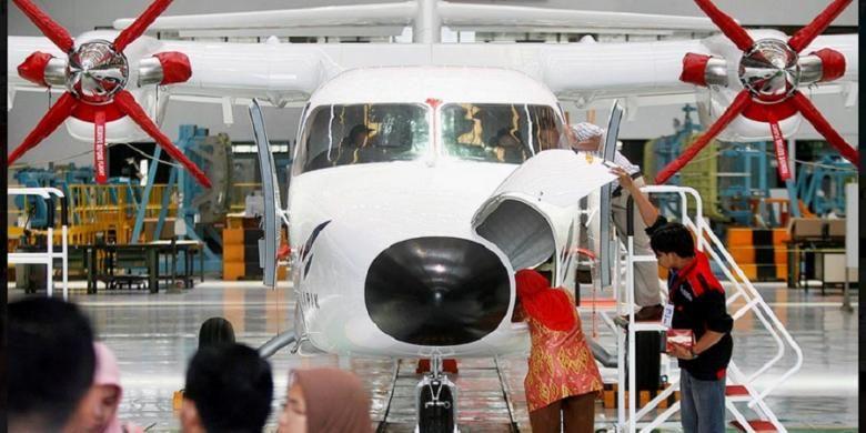 PT Dirgantara Indonesia, Bandung, membuat pesawat N219, seperti terlihat Kamis (12/11/2015). Pesawat dengan desain, teknologi, serta interior yang seluruhnya dikerjakan oleh Indonesia ini memiliki banyak kelebihan, antara lain mampu menjelajah ke daerah pelosok yang memiliki landasan pendek. Pesawat ini dikembangkan PT DI bersama Lembaga Penerbangan dan Antariksa Nasional.