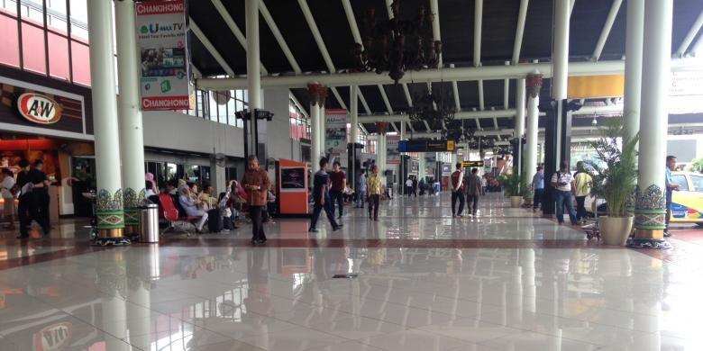 Kondisi di Terminal 1 dan 2 Bandara Internasional Soekarno-Hatta, Tangerang, Jumat (27/11/2015). Meski status keamanan bandara ditingkatkan dari hijau menjadi kuning, tak tampak pengamanan yang berarti dan operasional bandara masih berjalan normal.