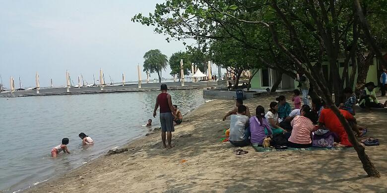 Sejumlah pengunjung di Pantai Ancol, Jakarta Utara pada Selasa (1/12/2015)