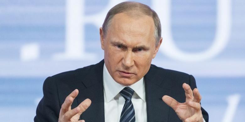 Presiden Rusia Vladimir Putin berbicara di sesi konferensi pers akhir tahunnya di Moskwa, Kamis (17/12).