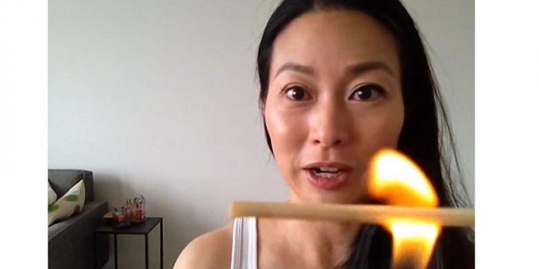 Soerang beauty vlogger memperagakan cara menggunakan sumpit yang dibakar untuk melentikkan bulu mata.