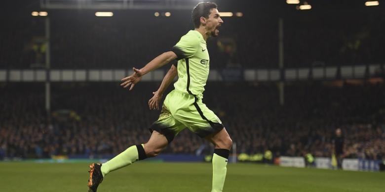 Gelandang Manchester City, Jesus Navas, melakukan selebrasi usai mencetak gol ke gawang Everton pada semifinal pertama Piala Liga Inggris di Stadion Goodison Park, 6 Januari 2016.