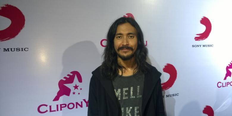 Vokalis Marcello Tahitoe diabadikan usai wawancara di Empirica, SCBD, Jakarta Selatan, Kamis (21/1/2016).