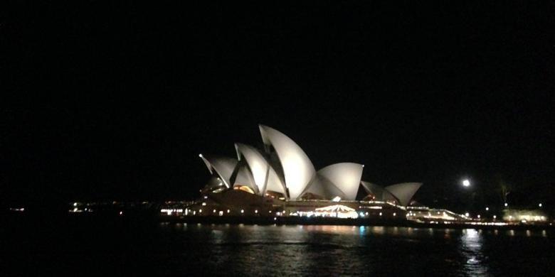 Saat matahari tenggelam, Kota Sydney pun berubah menjadi permadani yang bermandikan cahaya, termasuk bangunan Sydney Opera House